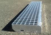 Svařovaný schodišťový stupeň ocelový + žárový zinek 600 x 270 mm