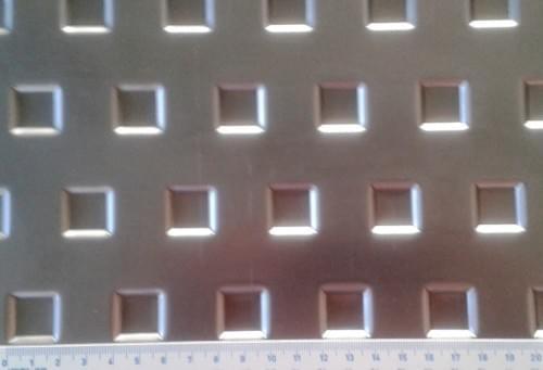"""Děrovaný ocelový plech """"prohloubený čtverec"""" (tl.1 x 1000 x 2000)"""