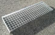 Lisovaný schodišťový stupeň ocelový + žárový zinek 800 x 240 mm