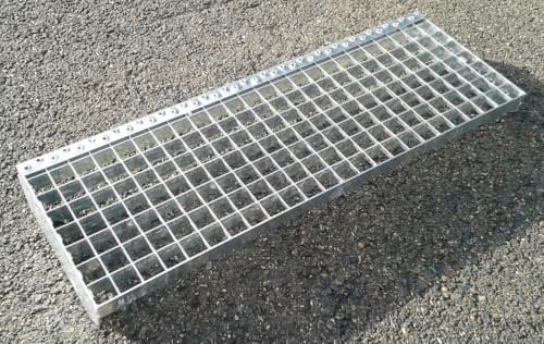 Schodišťový stupeň - ocel / 33.00 x 33.00 / 40.00 x 2.00 / 1200.0 x 240.0